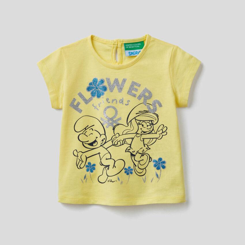Camiseta amarilla con estampado de pitufos