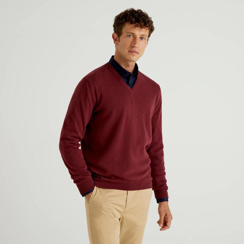 Jersey de pura lana virgen burdeos con escote de pico