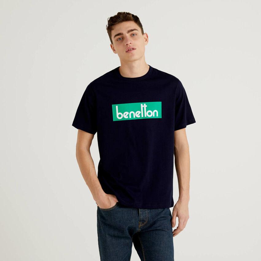 Camiseta azul oscuro con estampado de logotipo