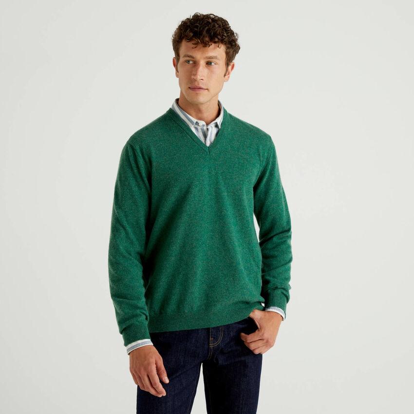 Jersey de pura lana virgen verde con escote de pico
