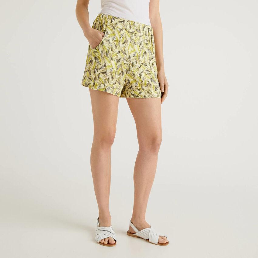 Pantalón corto fluido con estampado botánico