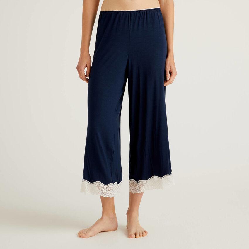 Pantalón cropped con detalles de encaje
