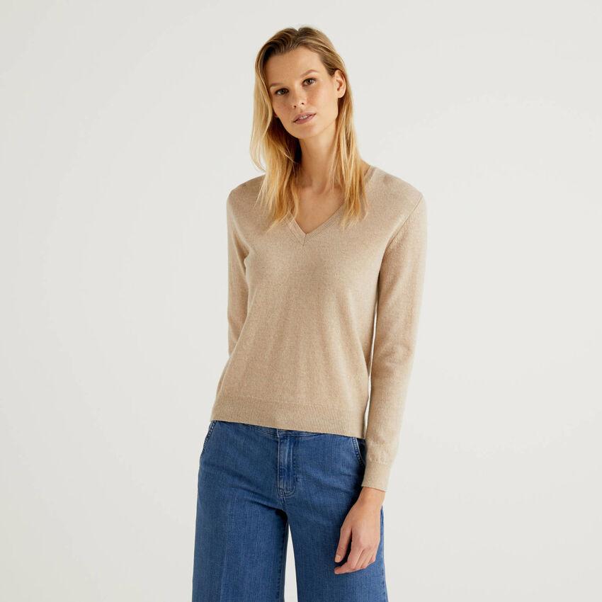 Jersey de pura lana virgen beige con escote de pico