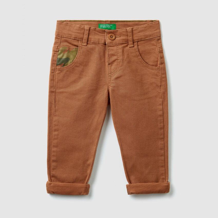 Pantalón con detalles estampados