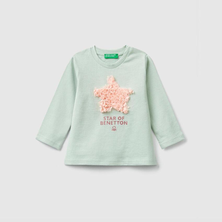 Camiseta con estampado y pétalos