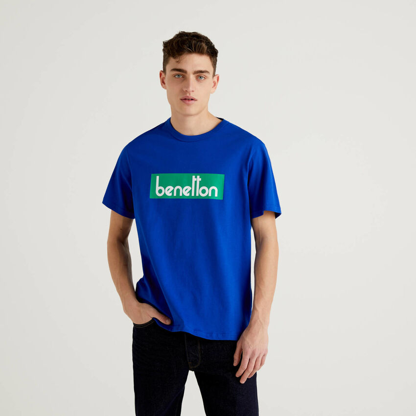 Camiseta azul con estampado de logotipo