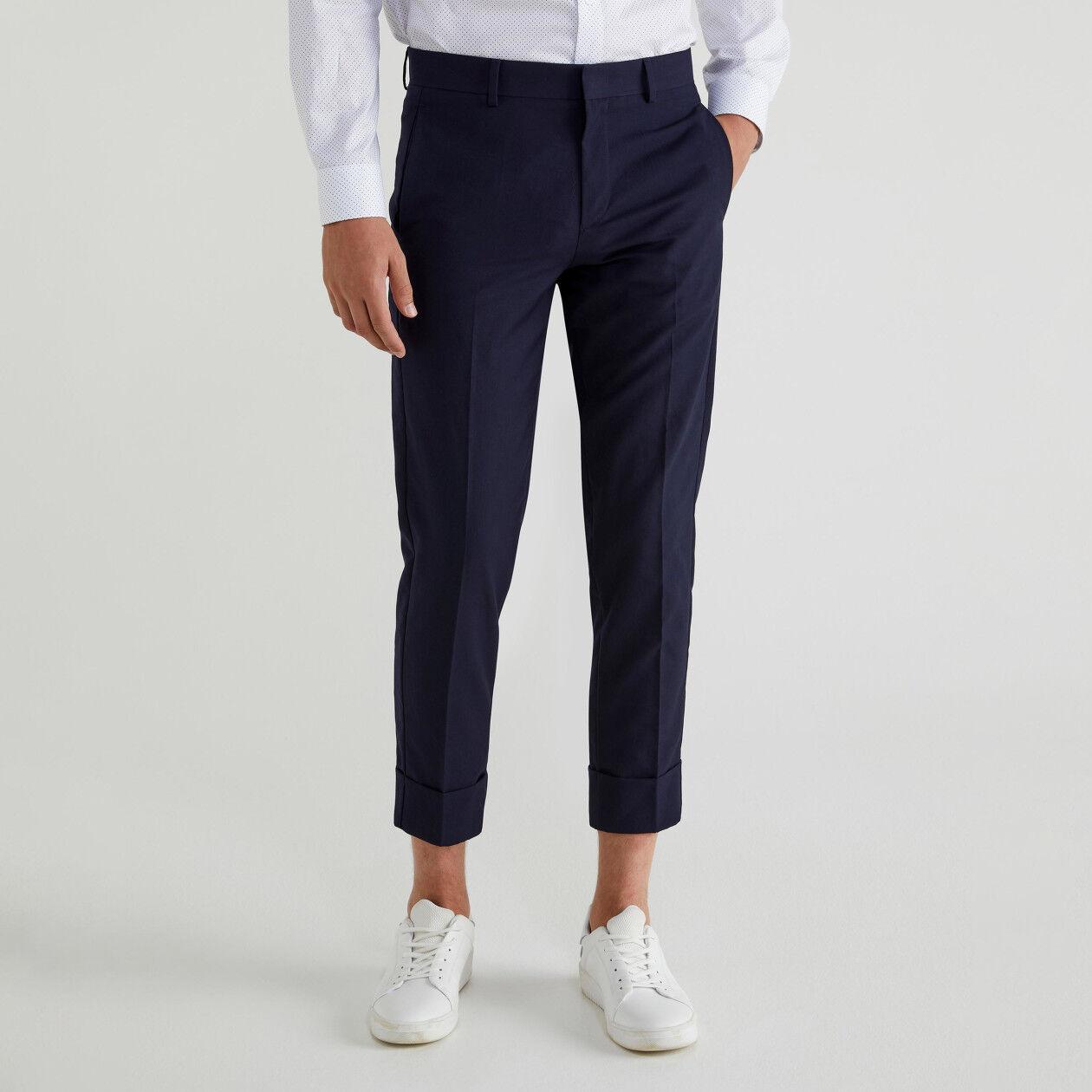 Pantalones chinos con raya y vuelta en el bajo