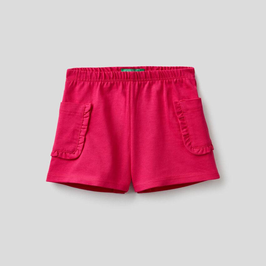 Pantalón corto con bolsillos y volantes