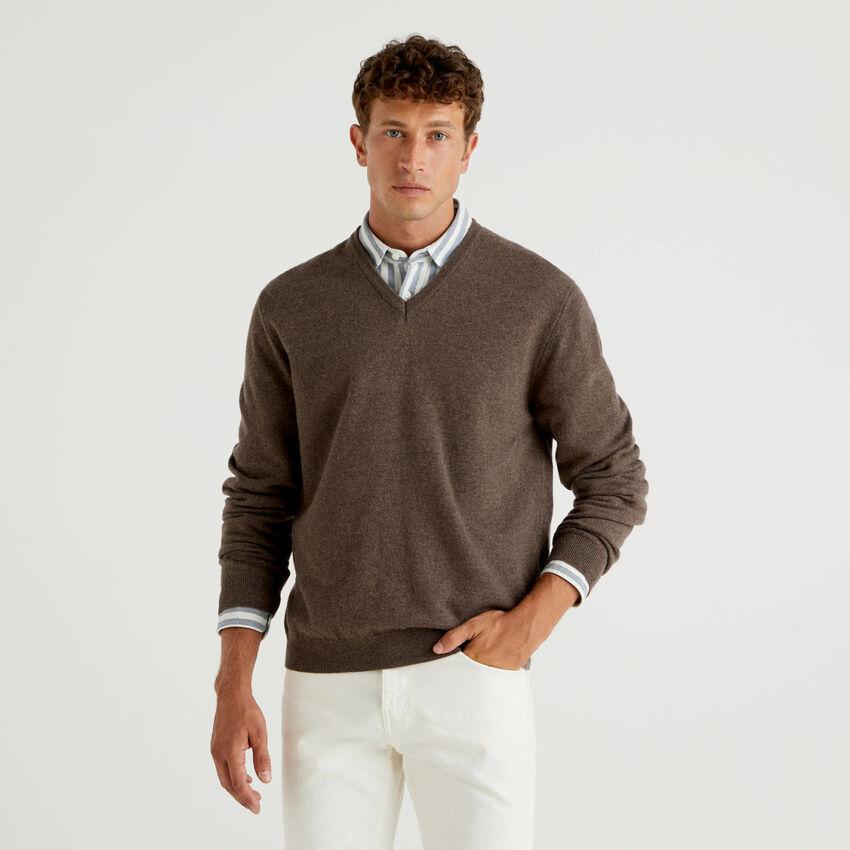 Jersey de pura lana virgen marrón con escote de pico