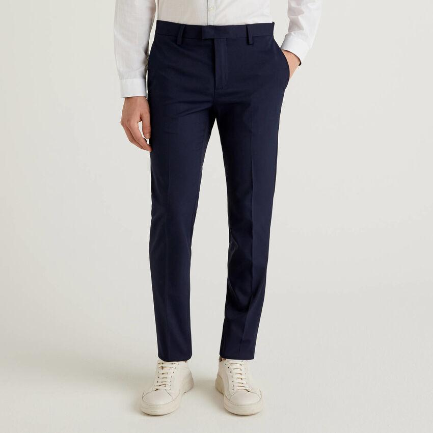 Pantalón ceñido con raya