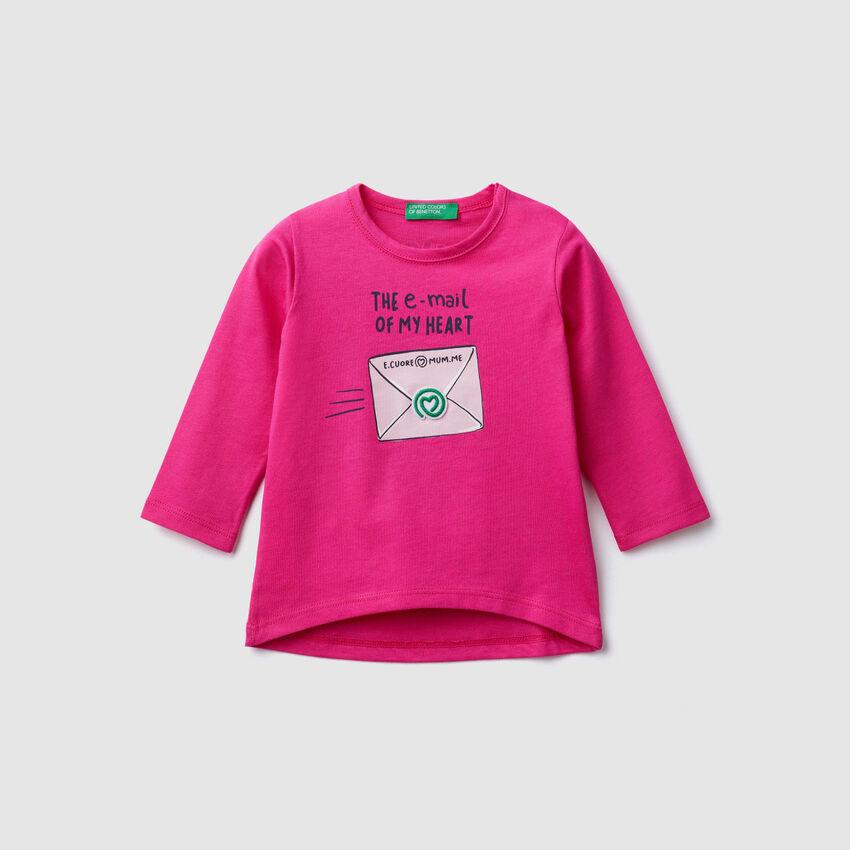 Camiseta con parche y estampados