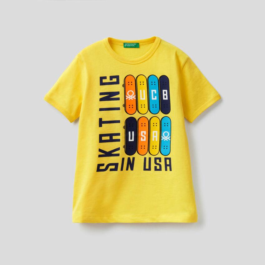 Camiseta con maxiestampado skateboard