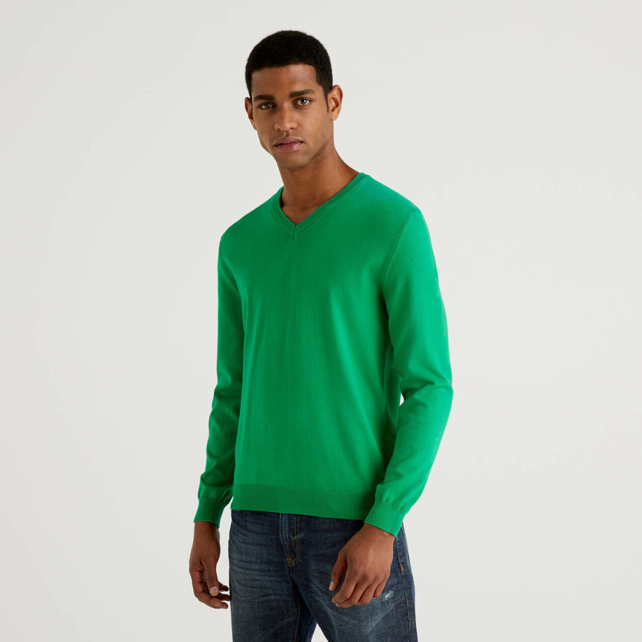 Jersey de 100% algodón con escote de pico