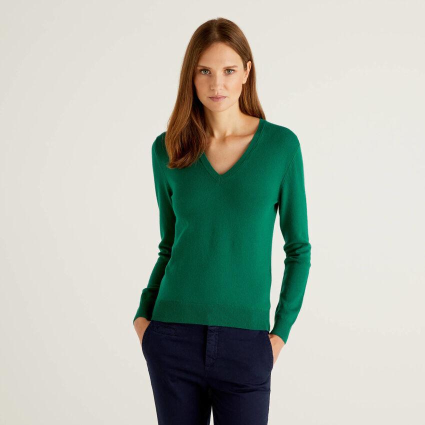 Jersey de pura lana virgen verde oscuro con escote de pico