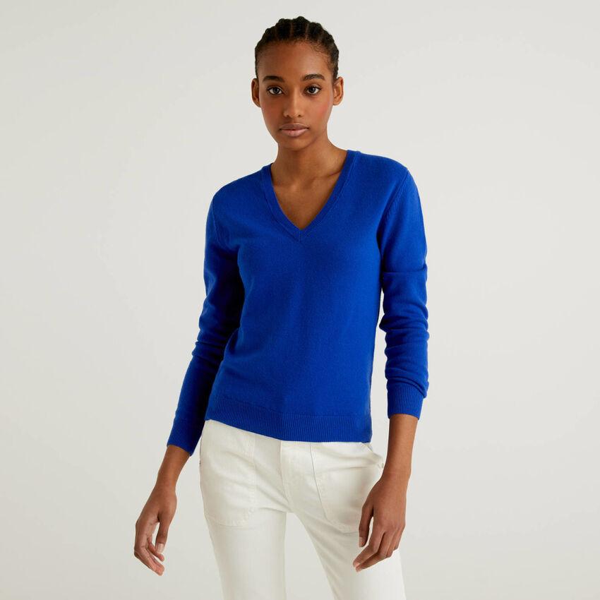 Jersey de pura lana virgen azul con escote de pico