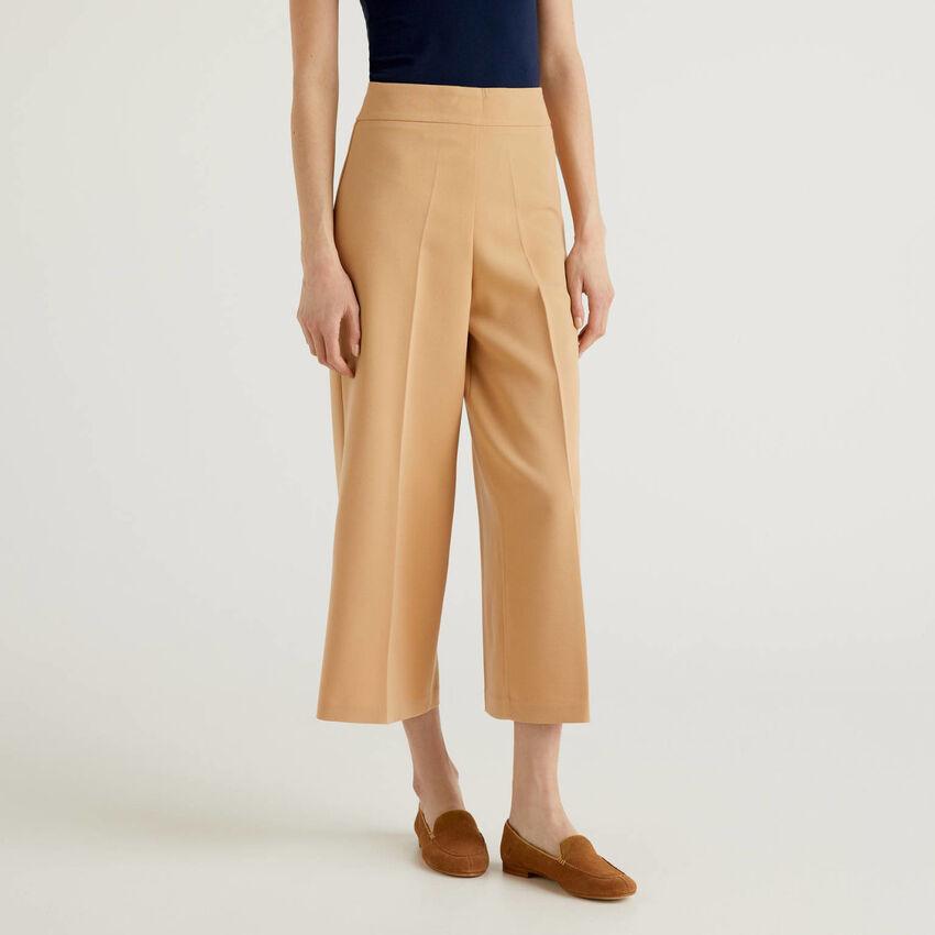Pantalón cropped de pernera amplia