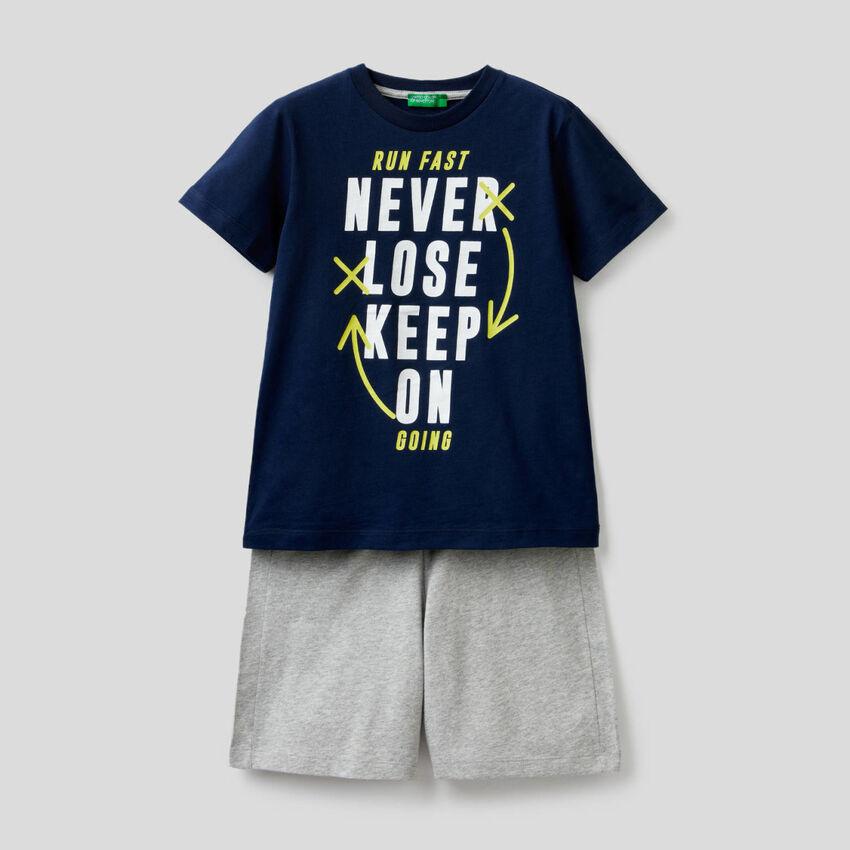 Conjunto de camiseta y bermudas
