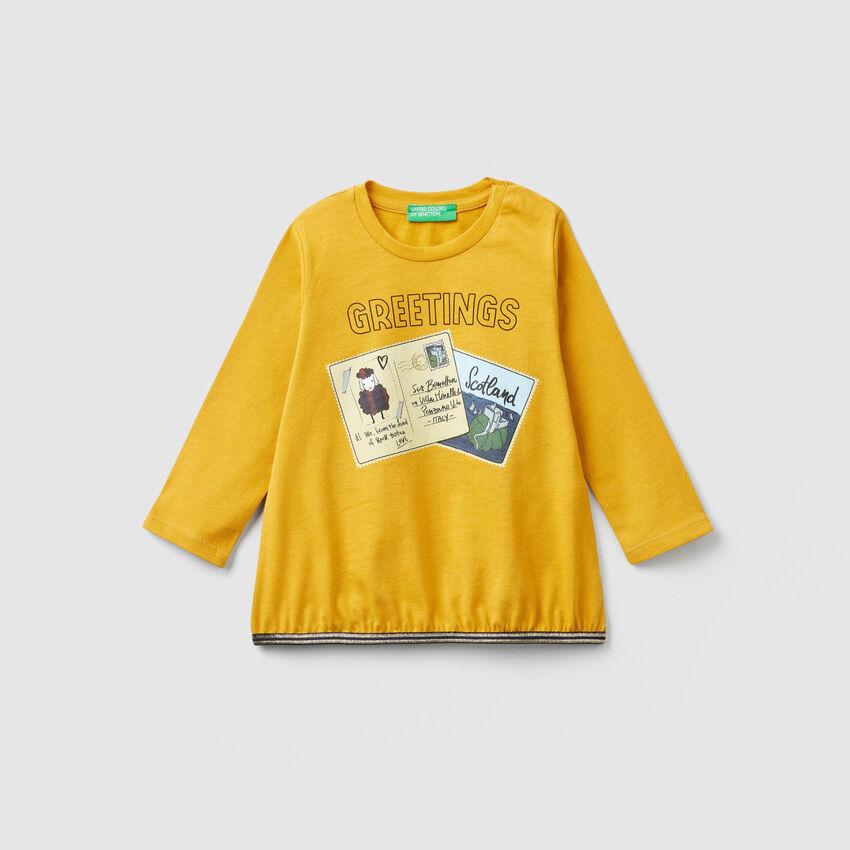Camiseta con estampado de postales