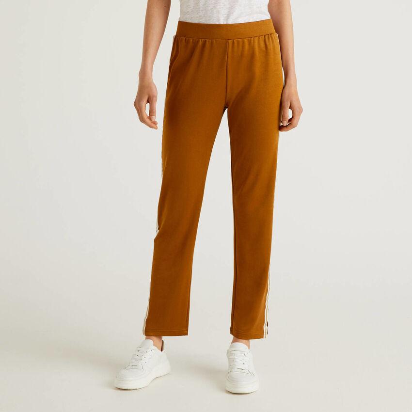 Pantalón con banda en contraste