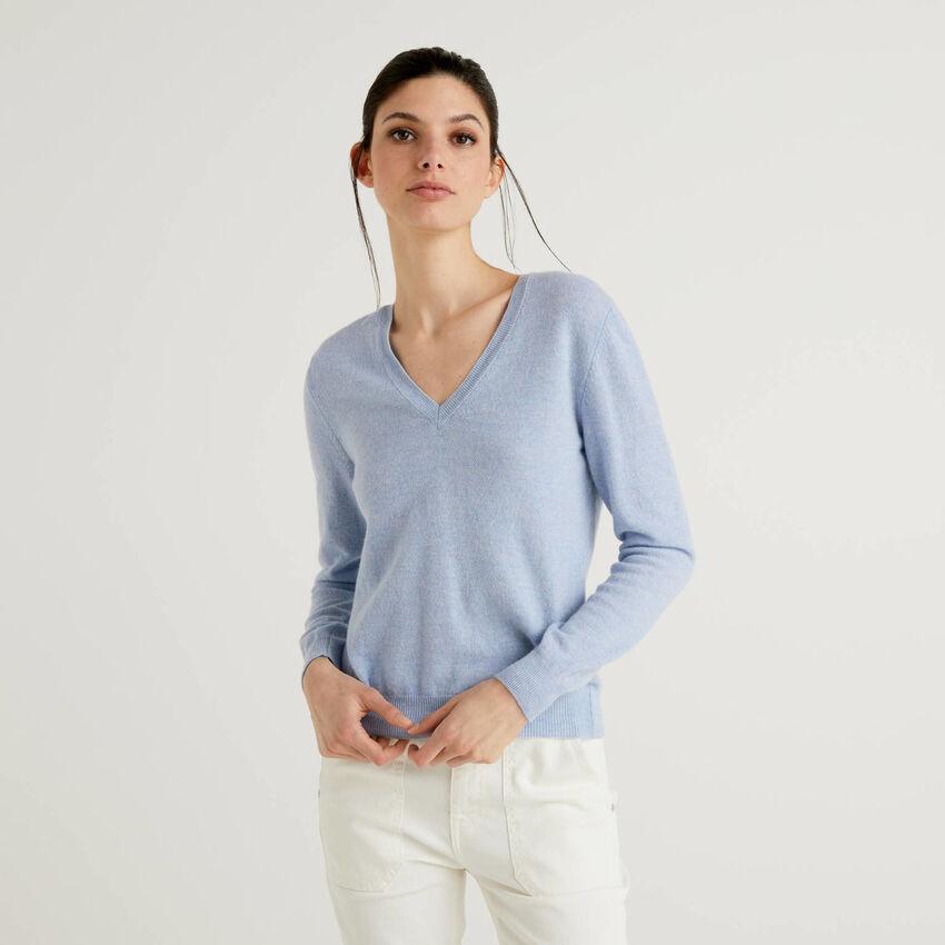 Jersey de pura lana virgen celeste con escote de pico