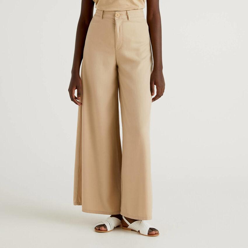 Pantalón con pernera amplia