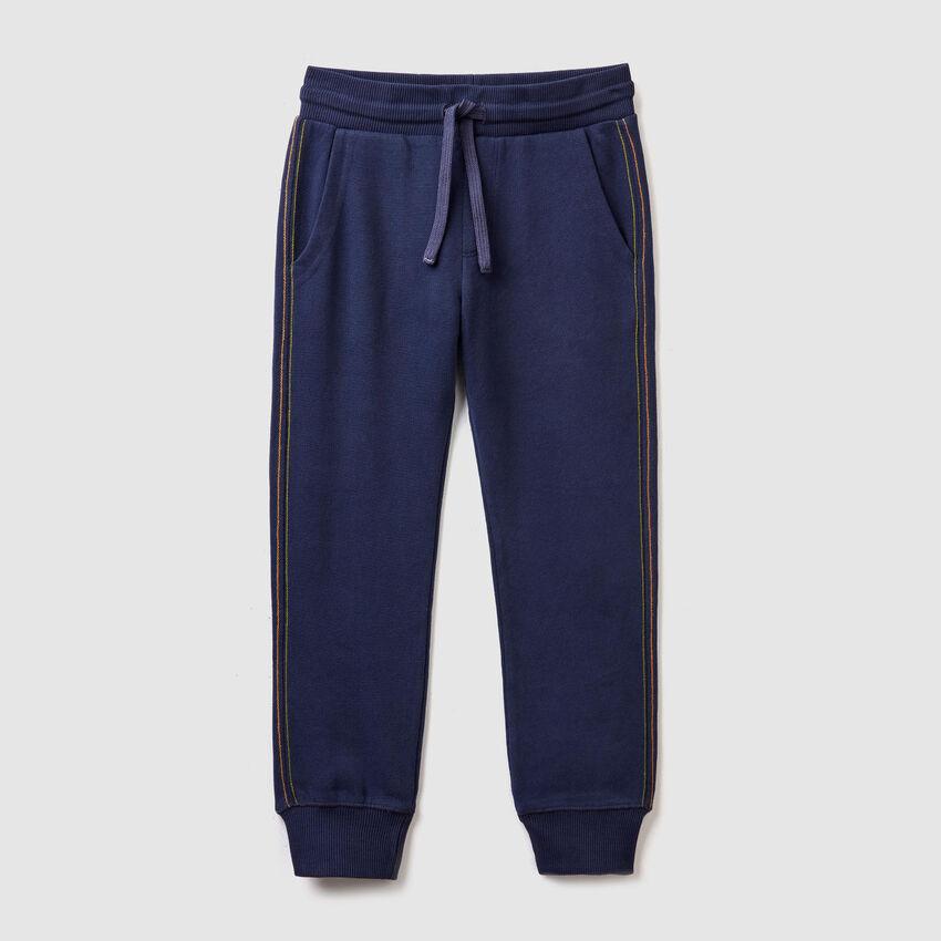 Pantalón con bolsillo estampado