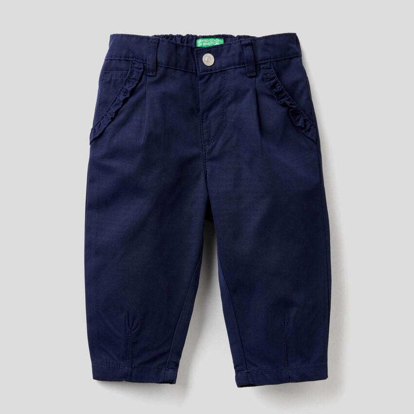 Pantalón con pequeños volantes
