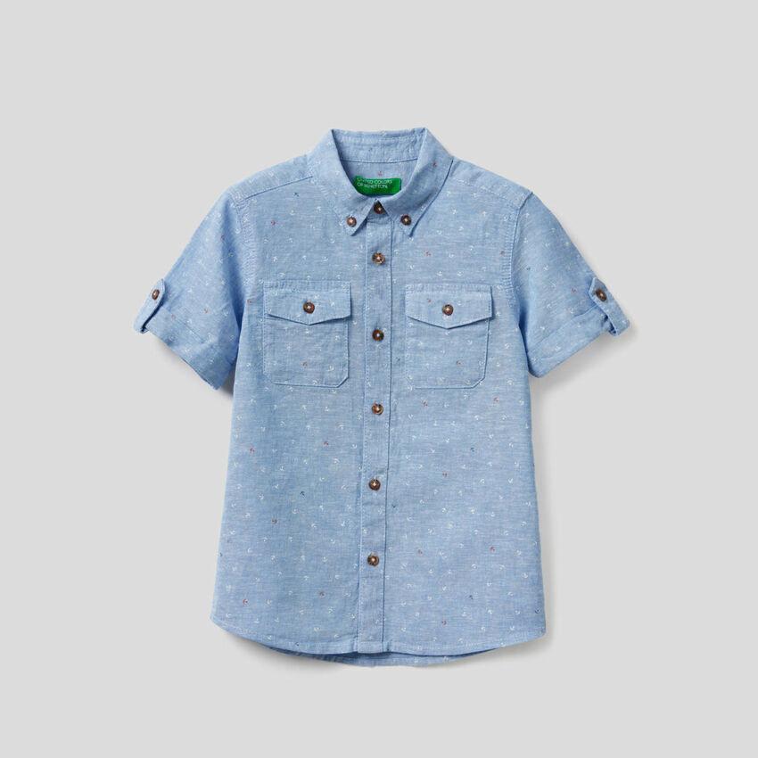 Camisa deportiva confeccionada en mezcla de algodón y lino