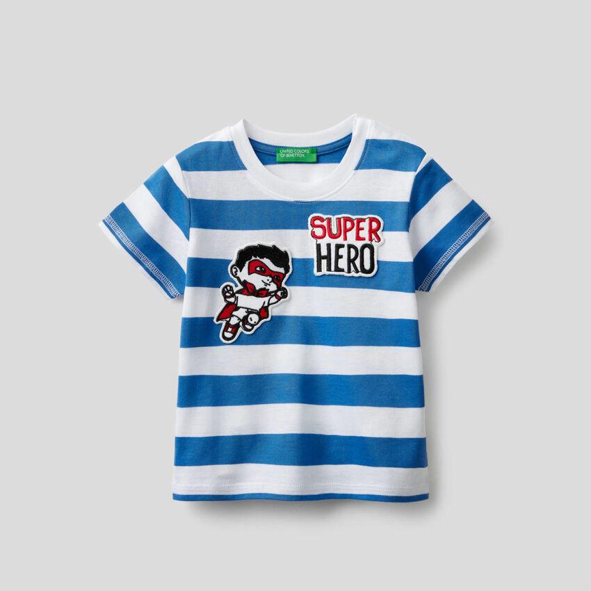 Camiseta de rayas con parche