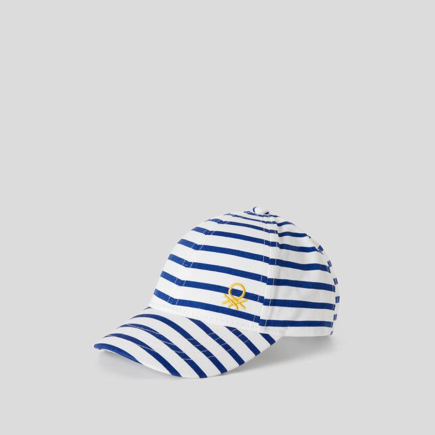 Gorra de rayas blancas y azules