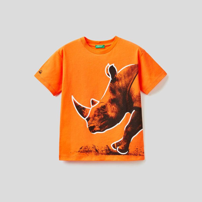 Camiseta naranja con estampado de rinoceronte