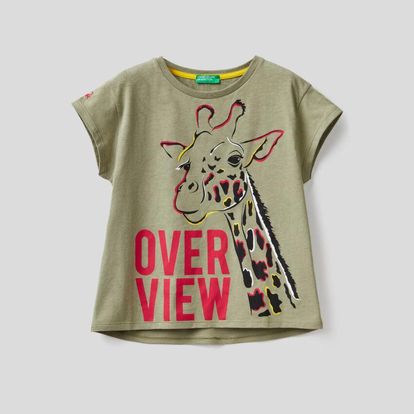 Camiseta verde militar con estampado de jirafa
