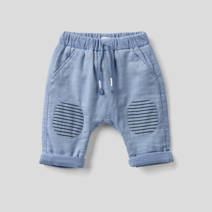 Pantalón con parches de rayas