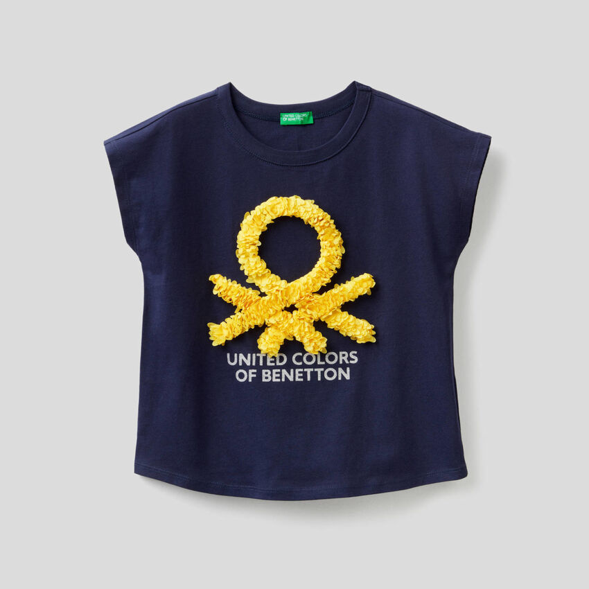 Camiseta con pétalos bordados