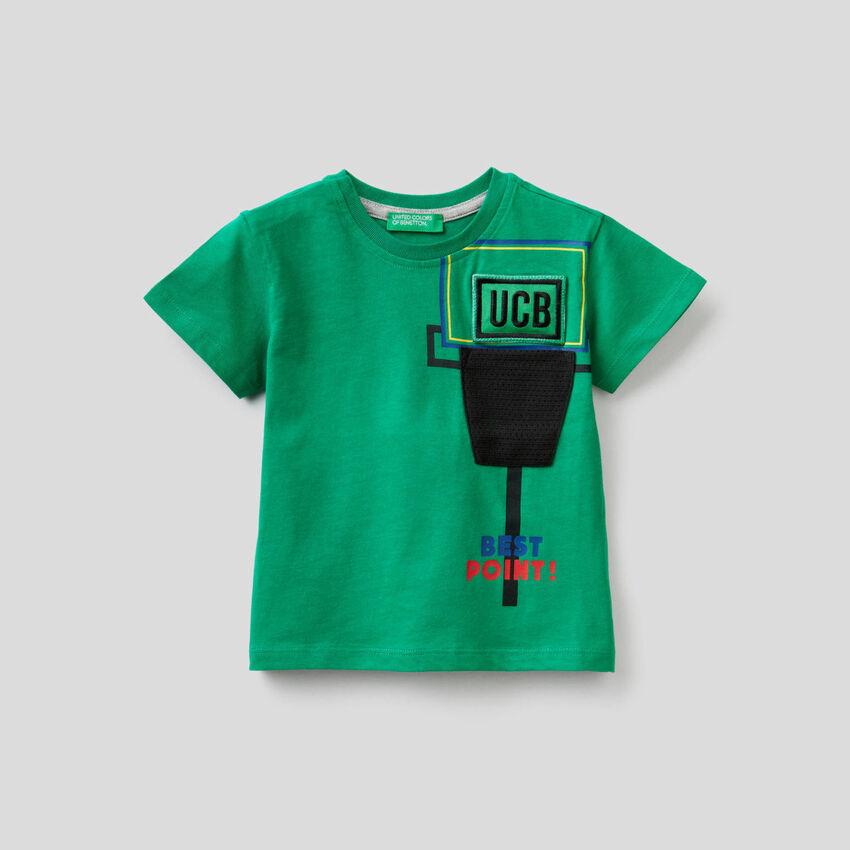 Camiseta con parche sonoro