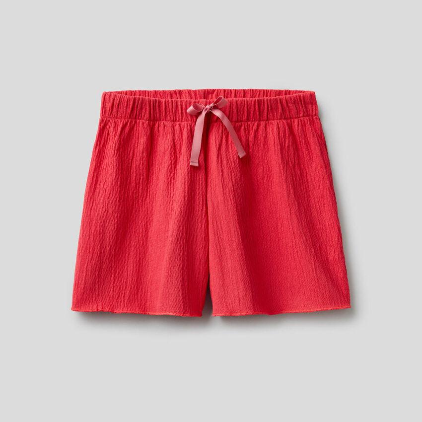 Pantalón corto con efecto encrespado