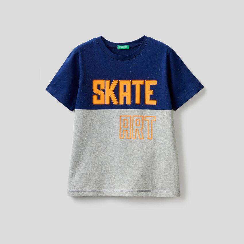 Camiseta bicolor con estampado