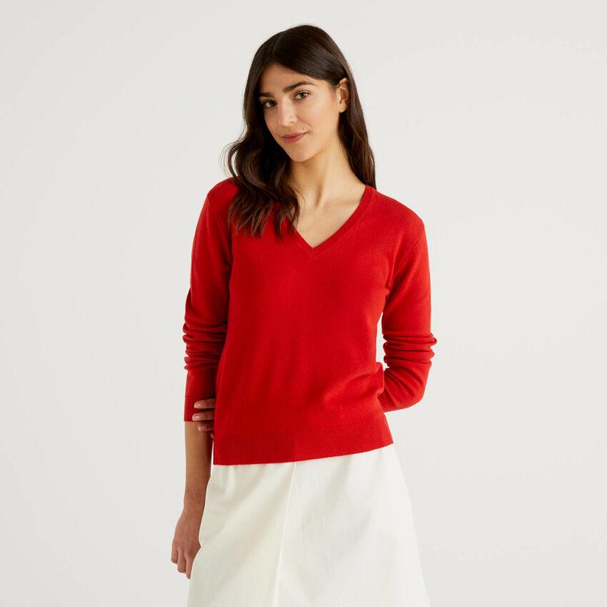 Jersey rojo de pura lana virgen con escote de pico