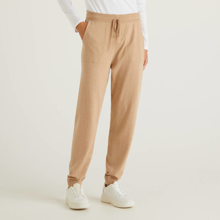 Pantalones deportivos camel en mezcla de cachemira