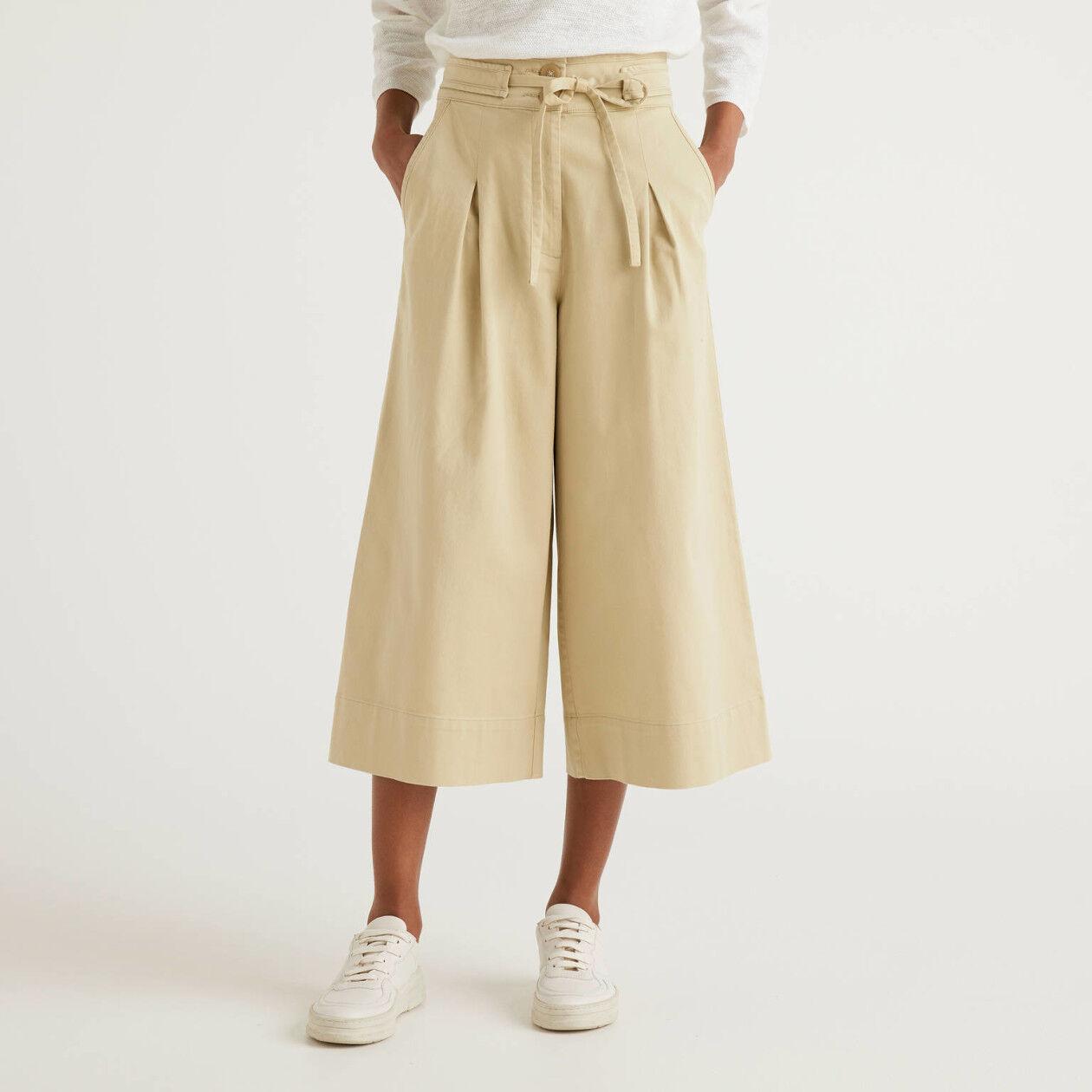 Pantalón cropped con pernera amplia