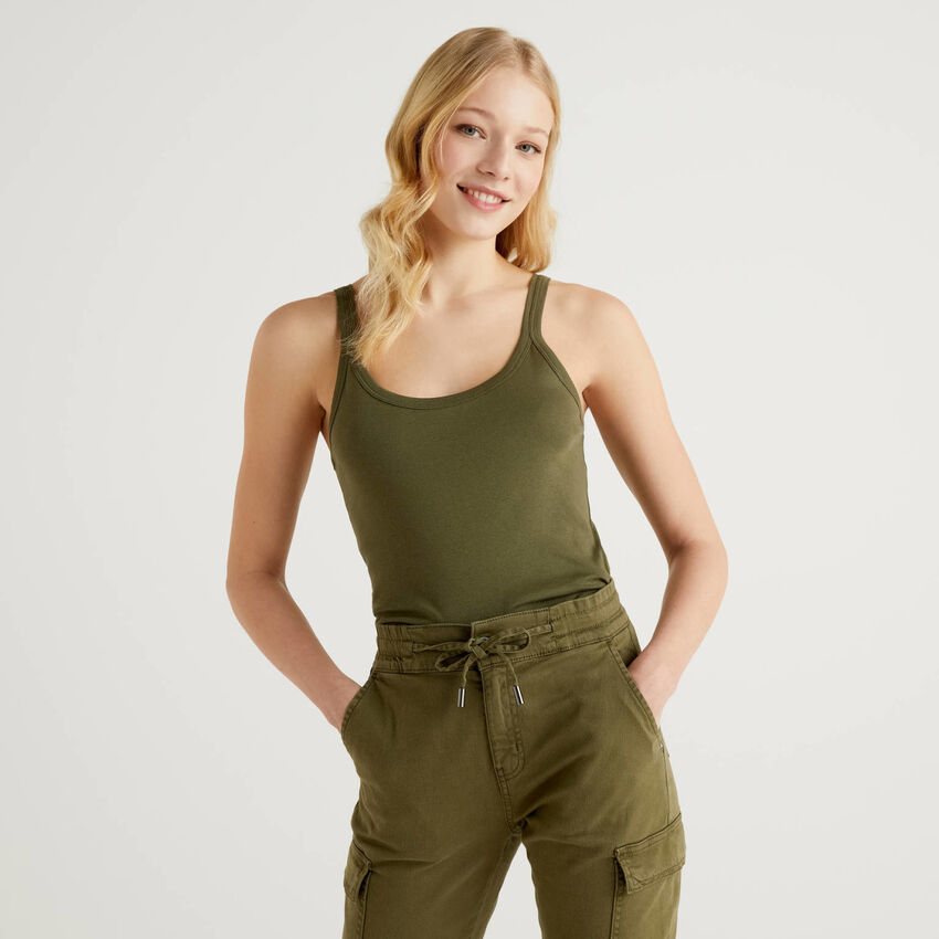 Camiseta de tirantes verde militar de algodón puro