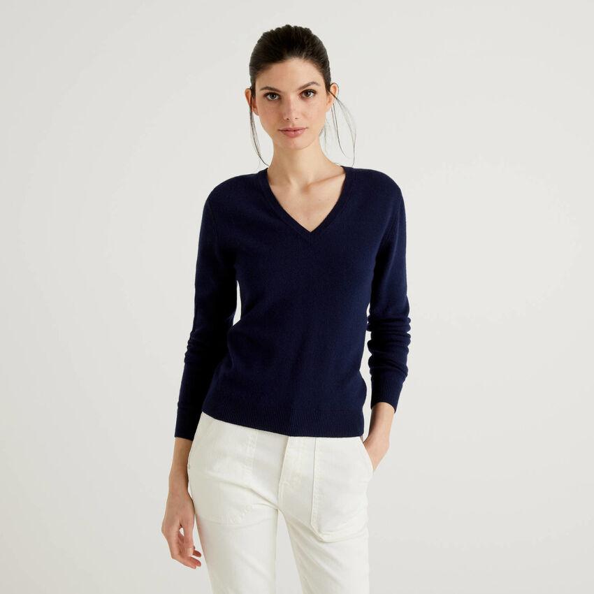 Jersey de pura lana virgen azul oscuro con escote de pico