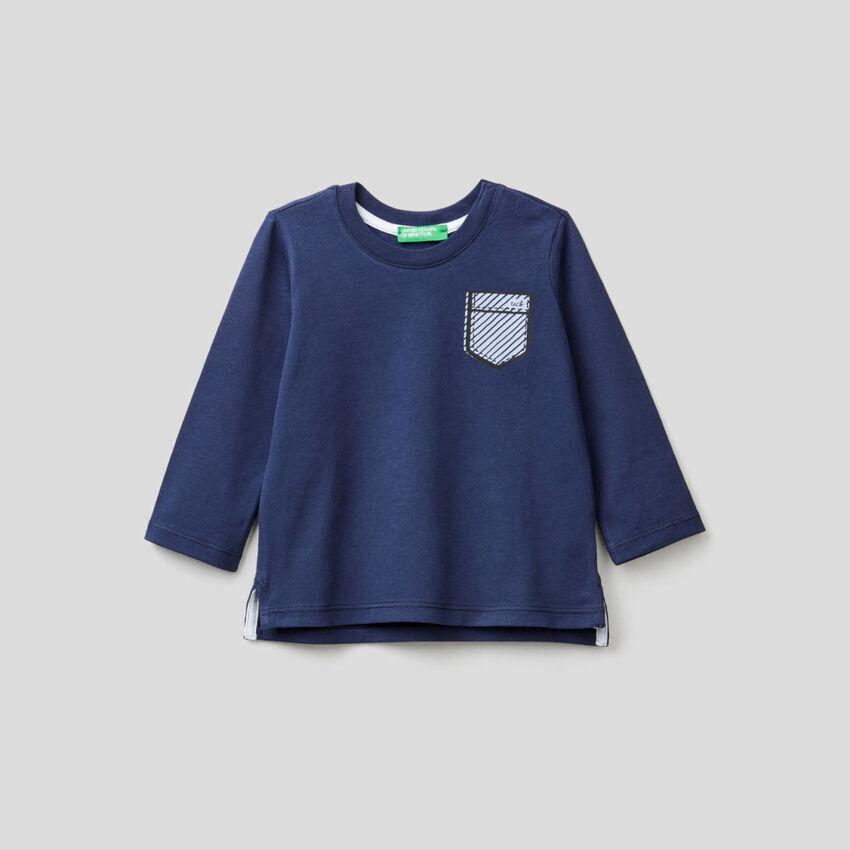 Camiseta azul oscuro con estampado de bolsillo