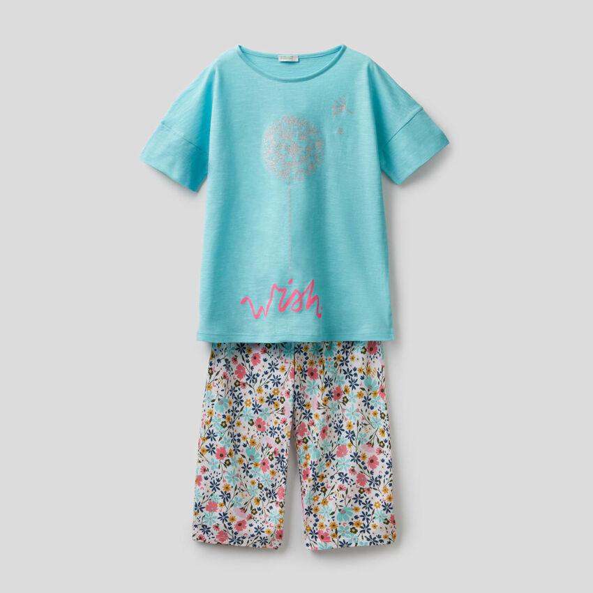 Pijama estampado con pantalón cropped