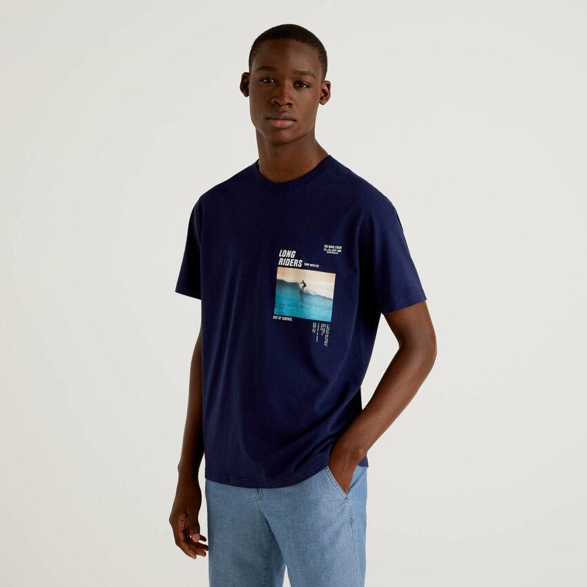 Camiseta azul oscuro con estampado fotográfico