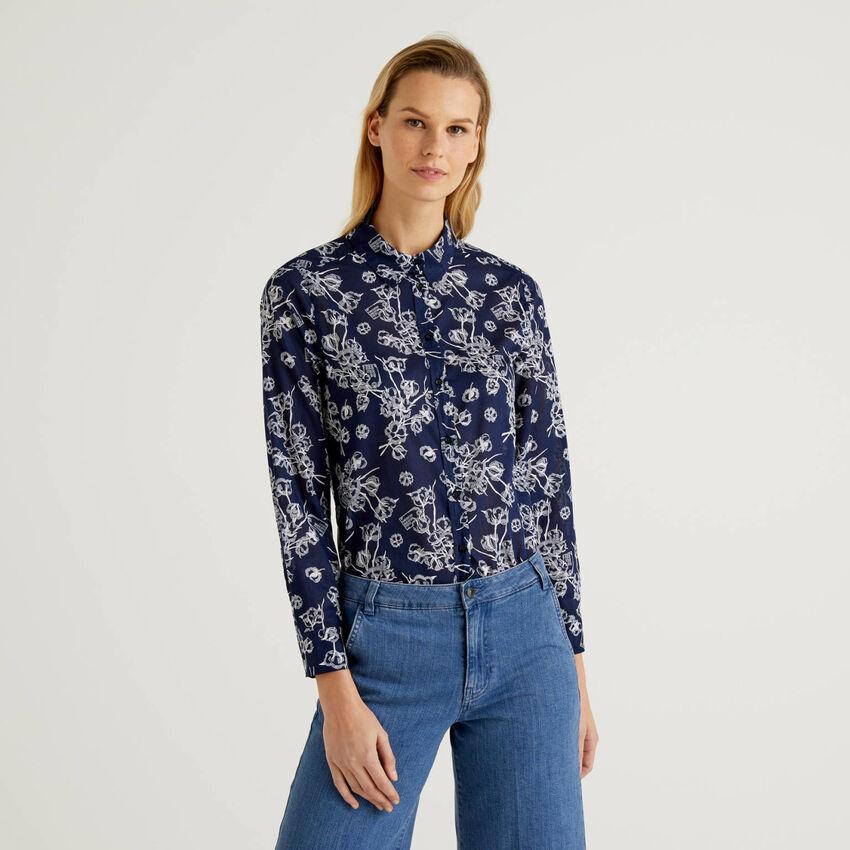 Camisa azul con estampado botánico de 100 % algodón