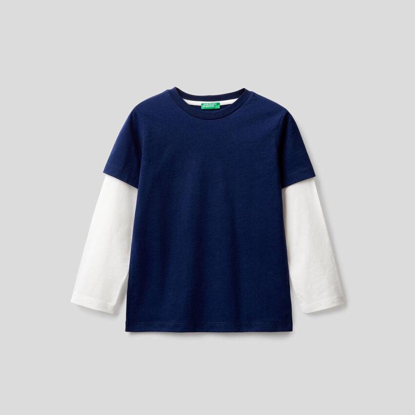 Camiseta azul oscuro con manga bicolor