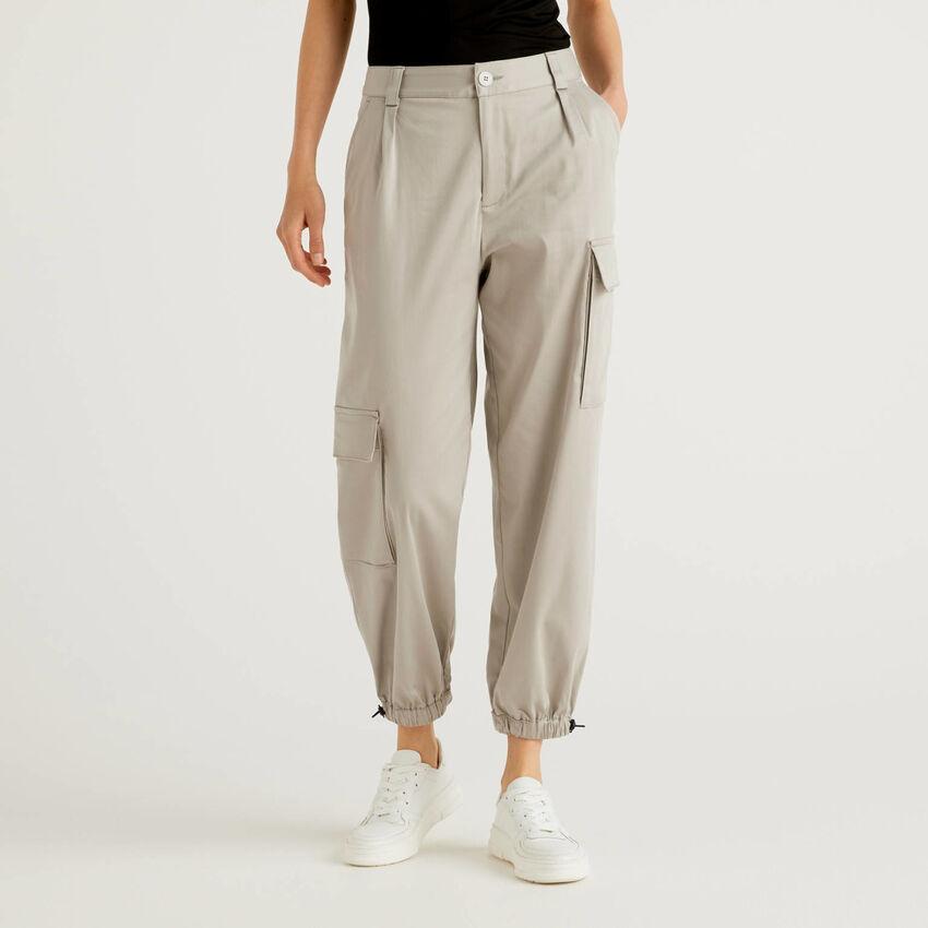 Pantalón cargo con bolsillos asimétricos