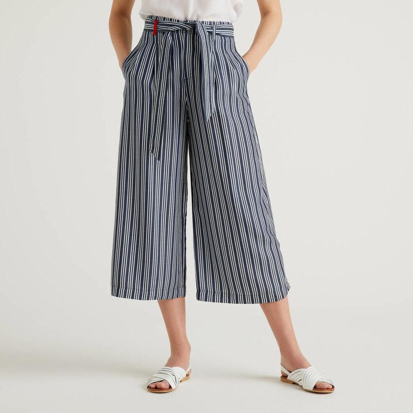 Pantalón amplio con cinturón