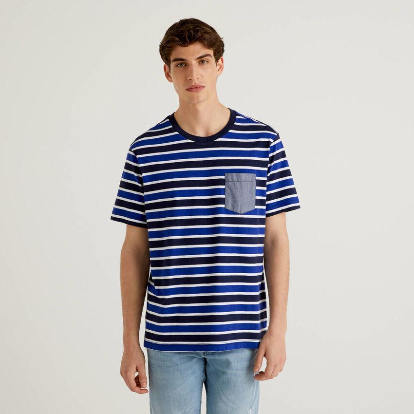 Camiseta de rayas con bolsillo en contraste